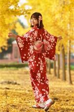 iPhone fondos de pantalla Chica japonesa mira hacia atrás, sonríe, kimono rojo, árboles, hojas amarillas, otoño