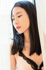 Chica asiática pelo largo, ventana, cortina