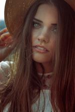 Chica de pelo largo, sombrero, verano