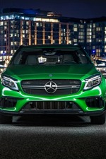Vista frontal del auto verde Mercedes-Benz AMG GLA
