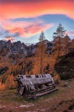 Montañas, árboles, choza, nubes, puesta de sol