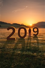 Año nuevo 2019, pasto, niña, montañas, puesta de sol