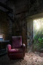 Casa antigua, polvo, sofá, radio, puerta, luz solar.