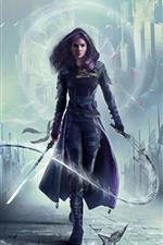Garota de fantasia de cabelo roxo, espada, chicote