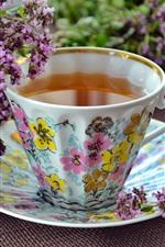 Flores de lavanda púrpura, una taza de té