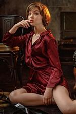 Chica de camisa roja, pose, sillas