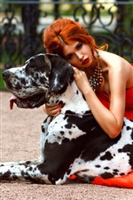 Chica de falda roja y perro
