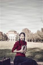 iPhone обои Девушка в стиле ретро, красное платье, книга, чемодан