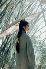 Chica de estilo retro, paraguas, bosque de bambú.