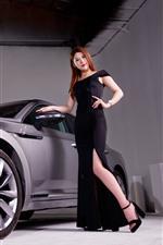 Coche de plata de Volkswagen, muchacha negra de la falda
