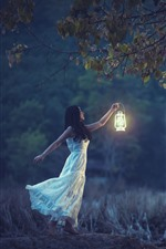 Chica de la falda blanca, lámpara, árboles, noche
