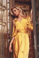 iPhone fondos de pantalla Falda amarilla niña, puerta