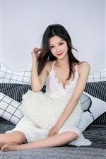 Linda menina asiática, sorriso, cama, travesseiro