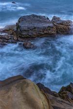Mar azul, rocas, chorro de agua