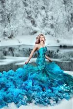 Chica de falda azul, escamas, nieve, invierno