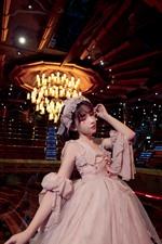 Chica cosplay, falda, escenario, luces.