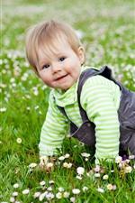 Bebê fofo, rastejar na grama