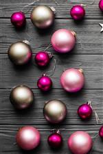 Algumas esferas do Natal, estrelas, placa de madeira