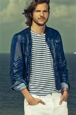 Ashton Kutcher, sea