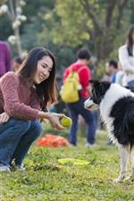 iPhone壁紙のプレビュー 笑顔の女の子と犬