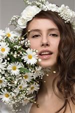 iPhone fondos de pantalla Sonrisa niña, rizos marrones, flores