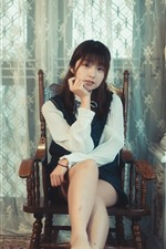 iPhone обои Молодая азиатская девушка, стул, статуя, живопись, комната