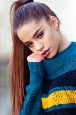 Menina de cabelo comprido, camisola azul