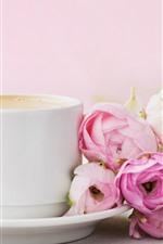 Algumas rosas cor de rosa, uma xícara de café
