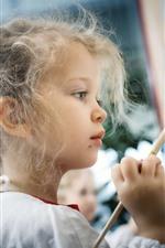 iPhone обои Милая маленькая девочка рисует