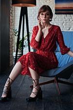 iPhone обои Милая девушка, красная юбка, очки, комната, кресло
