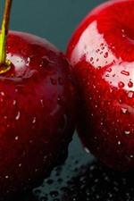 Close-up de duas cerejas vermelhas, gotas de água