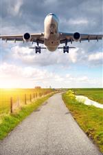 미리보기 iPhone 배경 화면 비행기, 비행, 날개, 도로, 녹색 필드, 마을, 울타리, 햇빛