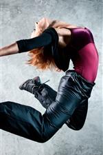 Garota dançando, pulando, pose