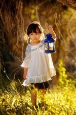 Adorável menina, criança, lâmpada, grama, sol