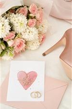 Flores cor de rosa e brancas, anéis de casamento, coração de amor