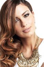 Menina bonita de cabelos castanhos, moda, decoração