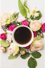 Uma xícara de café, algumas rosas