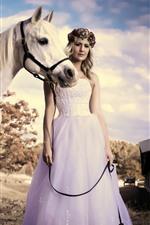 Menina loira, saia, cavalo branco, verão