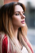 Menina de cabelos longos, olhar, vista lateral, fundo nebuloso