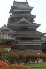 Preview iPhone wallpaper Japan, Himeji Castle, plants