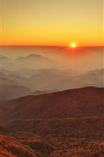 Montanhas de nevoeiro, nascer do sol