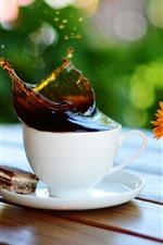Uma xícara de café, splash, flores amarelas