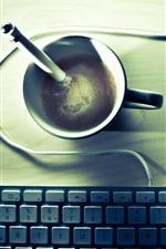 Uma xícara de café, teclado