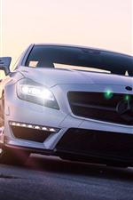 Vista frontal do carro branco Mercedes-Benz, farol