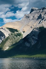 Montanhas, lago, árvores, rochas, sol, sombra, nuvens