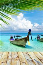 Tailândia, dois barcos, cais, mar, folhas de palmeira, verão
