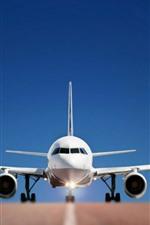 Vista frontal do avião, asas, estrada, fundo azul