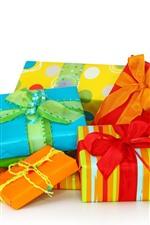 Algum presente, caixa colorida, fundo branco