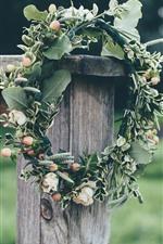 Coroa de flores, folhas verdes, cerca