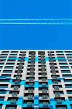 Prédios, janelas, terraço, céu azul, fumaça, avião